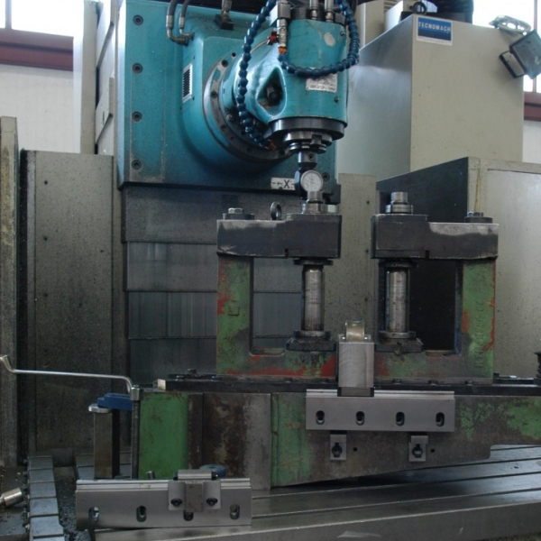 """MILLING MACHINE WITH FIXED TABLE AND MOVING COLUMN """"ANAYAK MOD. VH 2200"""